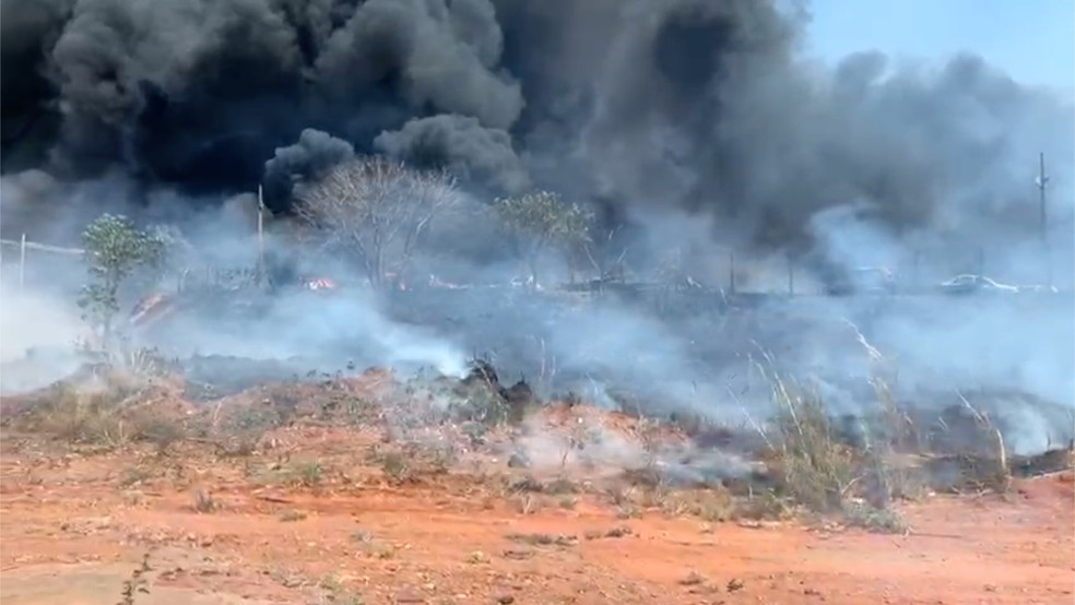 Incêndio destrói veículos em Palmas — Foto: João Guilherme Lobasz/G1
