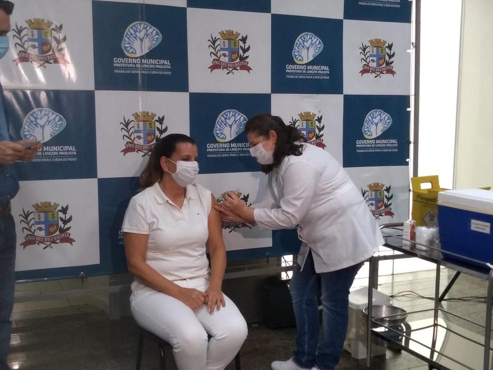 Enfermeira foi vacinada contra a Covid-19 em Lençóis Paulista — Foto: Fernanda Ubaid/TV TEM