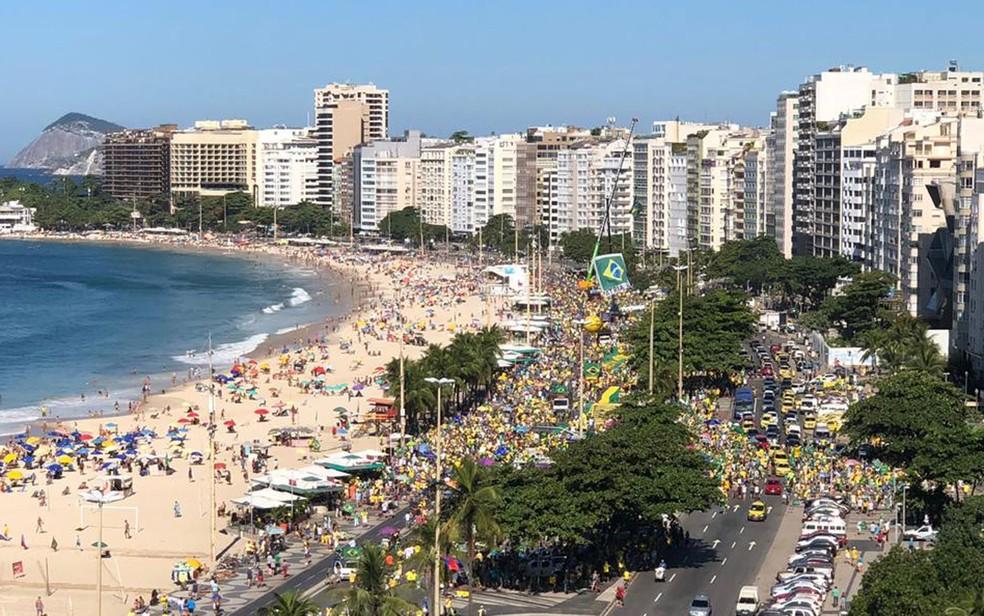RIO DE JANEIRO, 11H: Manifestantes concentrados na altura do Posto 5, em Copacabana — Foto: Ricardo Abreu / GloboNews