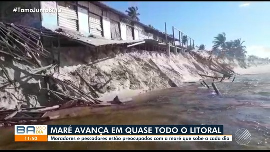 Ressaca do mar destrói barracas em Imbassaí, no litoral norte da Bahia