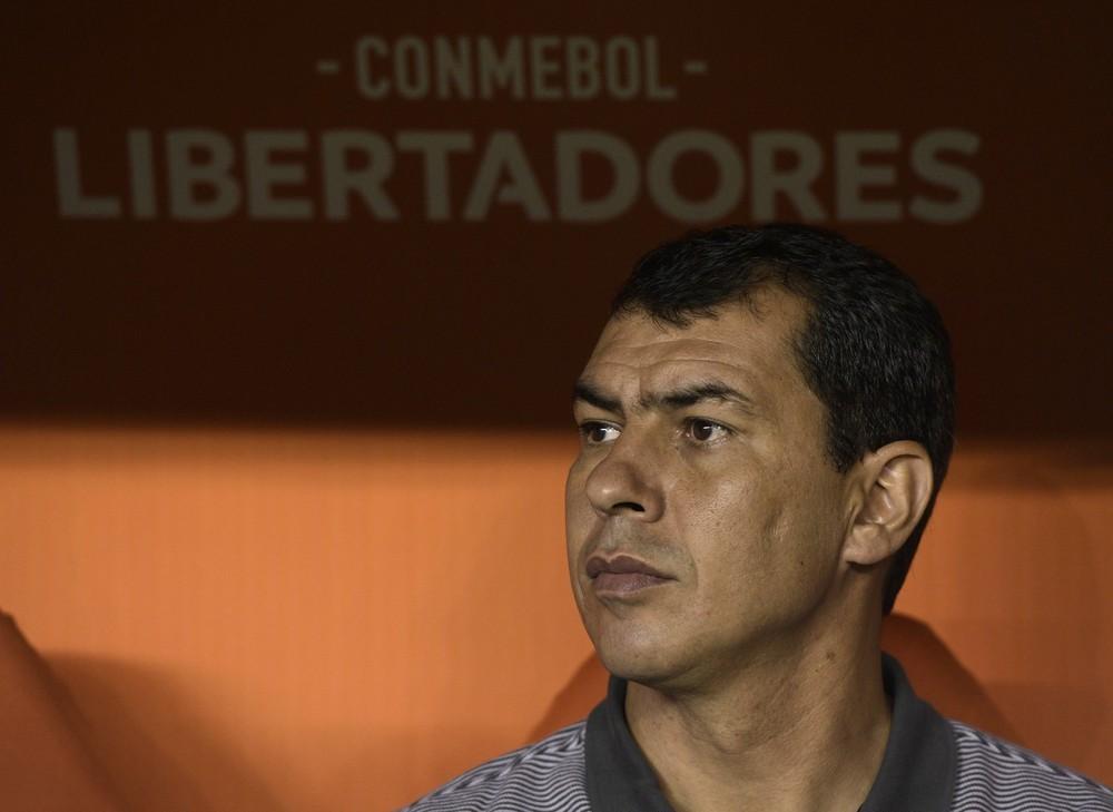 Corinthians se molda aos rivais e tem pelo menos