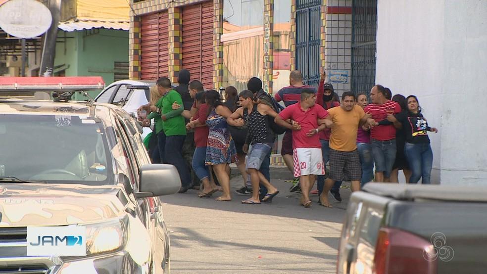 Assaltantes usaram reféns de escudo para fugir depois do roubo — Foto: Reprodução/Rede Amazônica