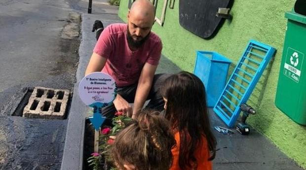 Tiago mostra filtro para bueiro às crianças de Blumenau (Foto: Divulgação)