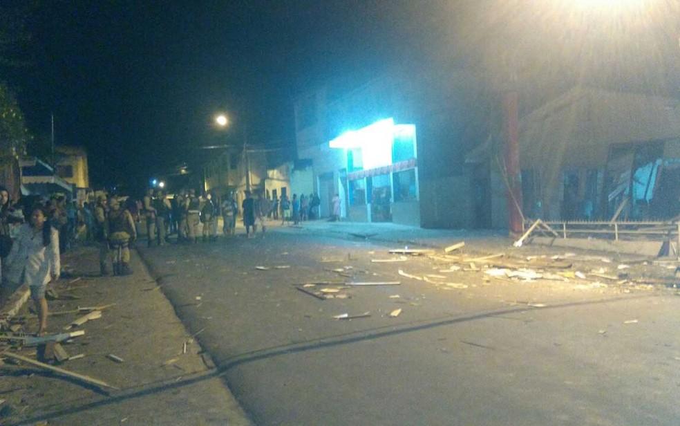 Destroços de esplosão foram parar na rua em frente a banco (Foto:  Lucas Paulo Monteiro da Silva/ Arquivo Pessoal)