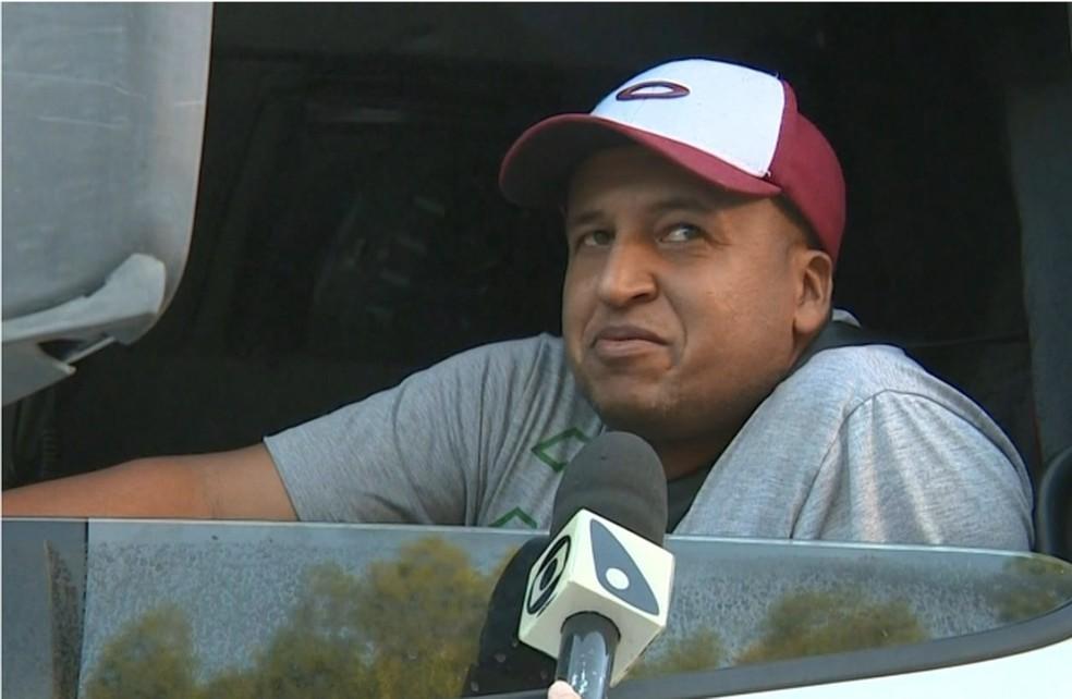 Alessandro é caminhoneiro há 16 anos e confessa que medo é constante nas rodovias  — Foto: Reprodução/TV Gazeta
