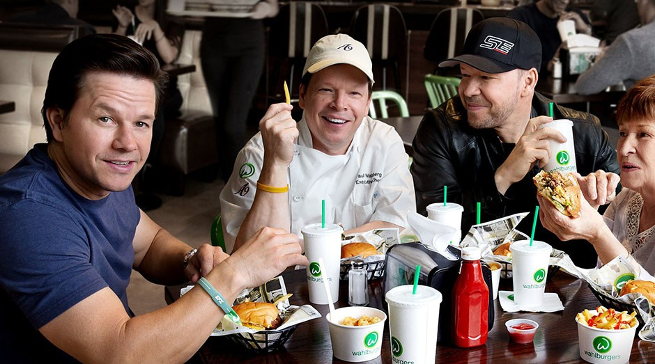 Mark Wahlberg e seus irmão, fundadores da Wahlburgers (Foto: Divulgação)