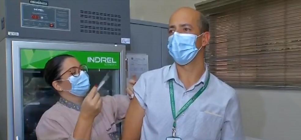 Eli Ambrósio foi vacinado contra a Covid — Foto: TVCA/Reprodução