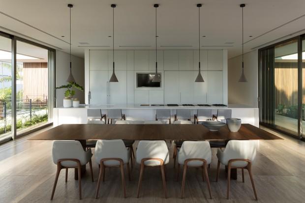 Integração com o verde e minimalismo são destaques desta casa  (Foto: FOTOS LEONARDO FINOTTI)