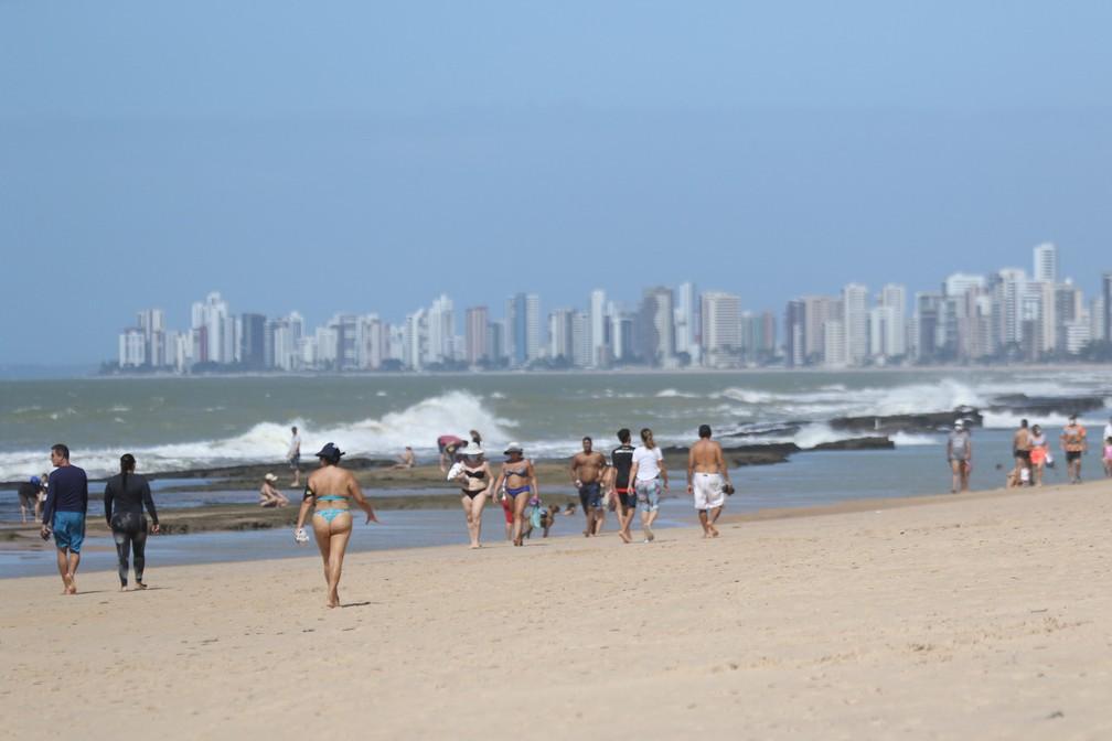 Praia de Boa Viagem, na Zona Sul do Recife, teve pessoas no mar neste domingo (21) — Foto: Marlon Costa/Pernambuco press