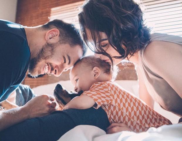 Monica Benini divide foto ao lado de Junior Lima, filho e cachorro  (Foto: Reprodução)