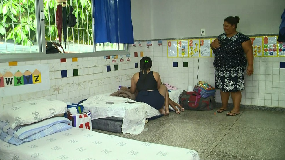 Famílias estão em abrigo em Viana, no Espírito Santo — Foto: Reprodução/ TV Gazeta