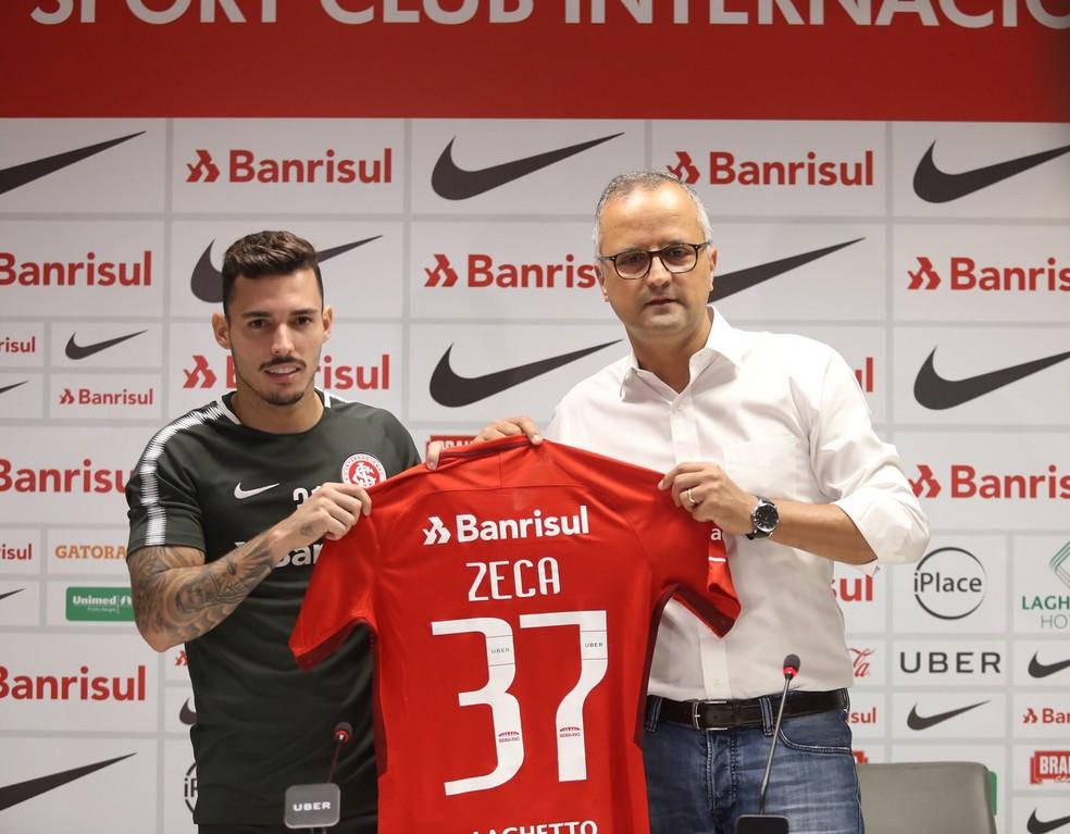 Zeca foi apresentado pelo Inter nesta quarta-feira (Foto: Ricardo Duarte/Divulgação Inter)