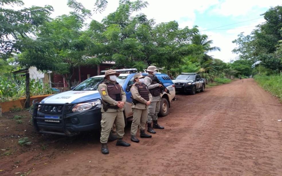 Policiais permanecem em operação em Colônia de Una, em busca de suspeito de tráfico de drogas — Foto: Divulgação/Polícia Militar