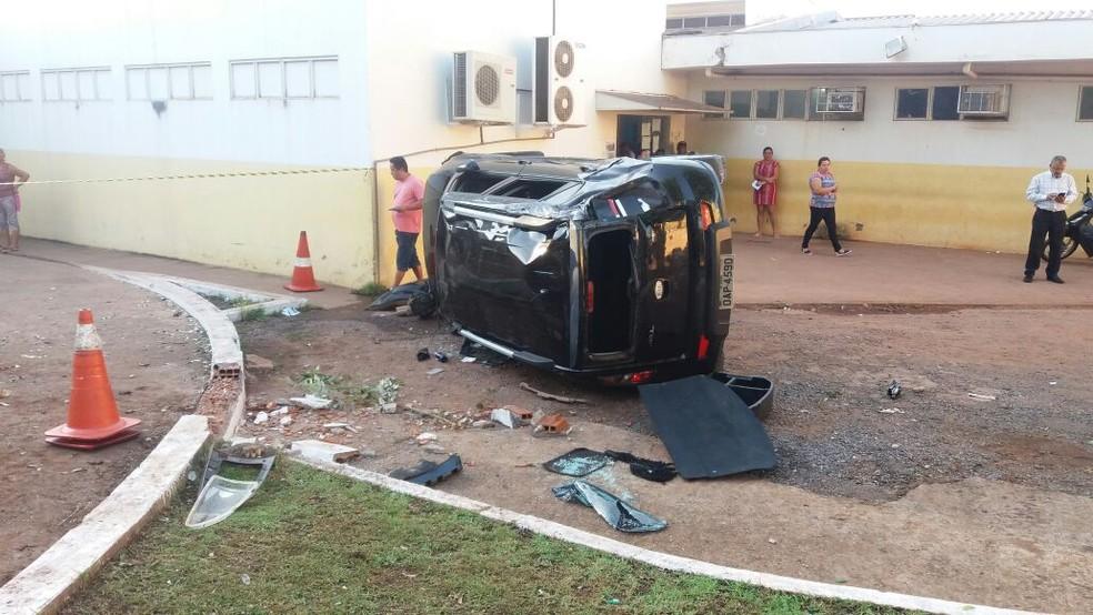 Carro desgovernado atingiu grupo que aguardava atendimento em pátio de policlínica em Cuiabá; idoso morreu (Foto: Polícia Civil de MT/Assessoria)
