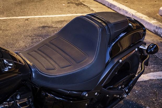 Assento confortável segura o condutor na moto quando se acelera forte (Foto: Daniel das Neves / Autoesporte)