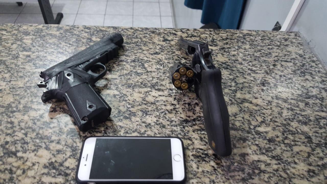 Jovens com carro roubado tentam fugir da polícia, batem contra caminhão e acabam presos em Suzano, diz PM - Radio Evangelho Gospel
