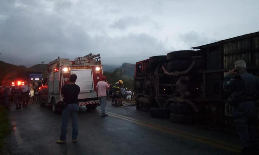 Momento do resgate em acidente no interior de Alegre — Foto: VC no ESTV