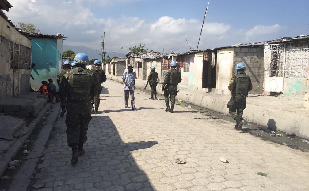 Soldados brasileiros fazem última patrulha em Cité Soleil nesta quarta (30) (Foto: Tahiane Stochero)