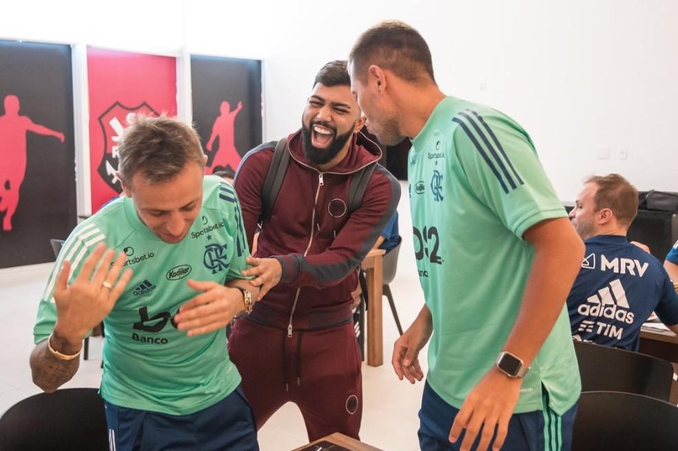 Gabigol se diverte com Rafinha e Diego Alves na volta ao Ninho — Foto: Alexandre Vidal/Flamengo