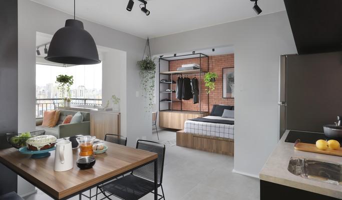 Loft de 30 m² tem paleta escura, ideias criativas e até lareira