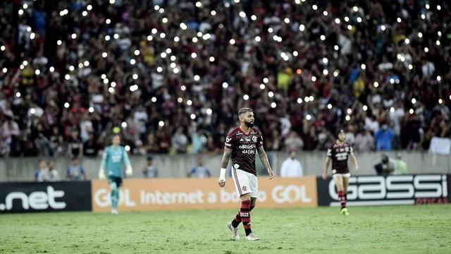 Gabigol e a torcida do Flamengo no jogo contra o Avaí no Maracanã