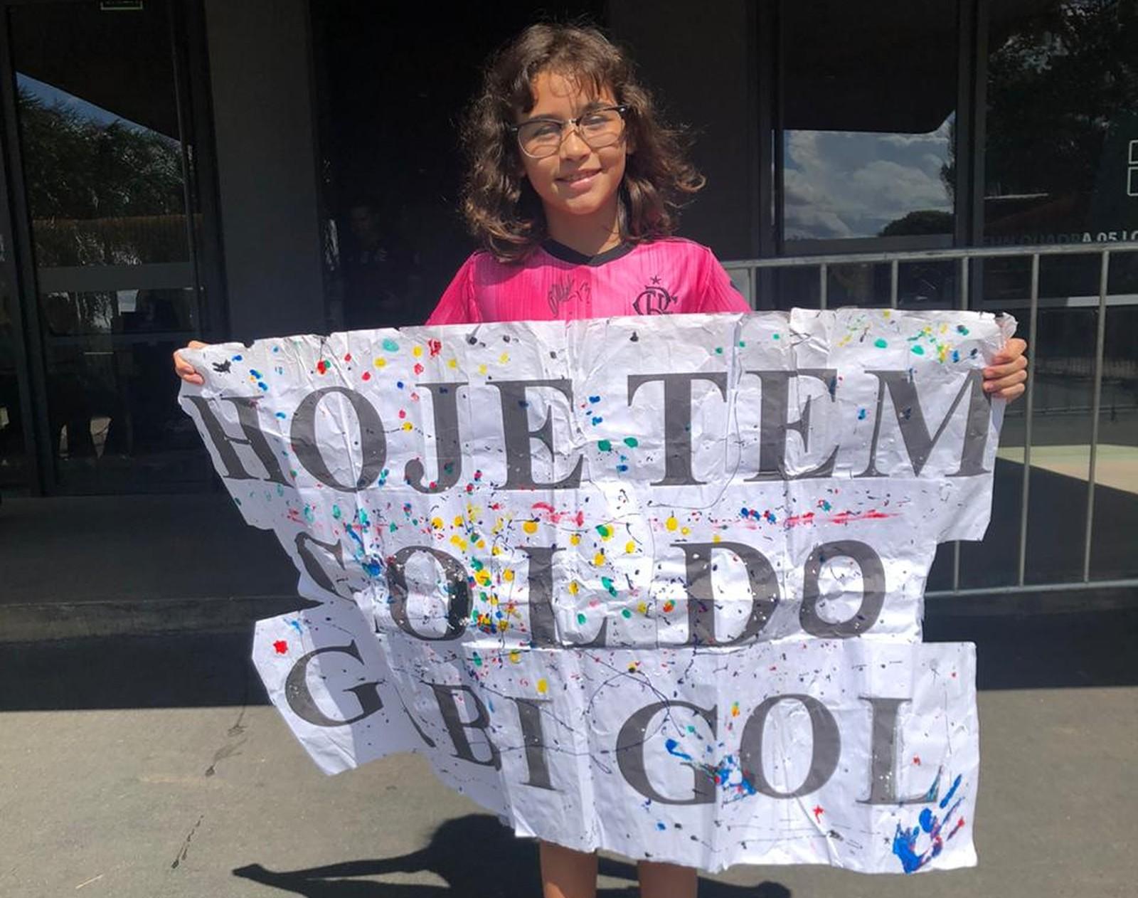 Torcedora que teve cartaz usado por Gabigol vai ao hotel do Fla em Bras�lia e ganha presente