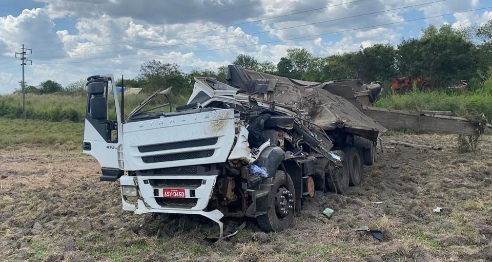 Caminhão ficou destruído após colisão com ônibus em Taguaí (SP) — Foto: Minuto do Amorim/Divulgação