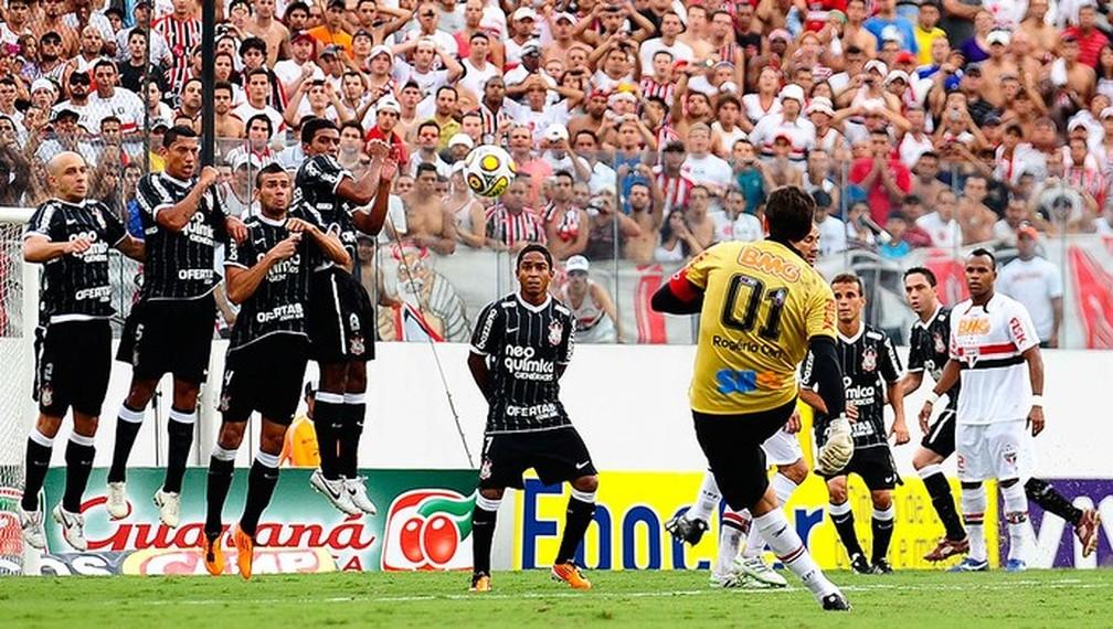 Em Barueri, Rogério Ceni marca de falta seu centésimo gol da carreira — Foto: Marcos Ribolli / GLOBOESPORTE.COM
