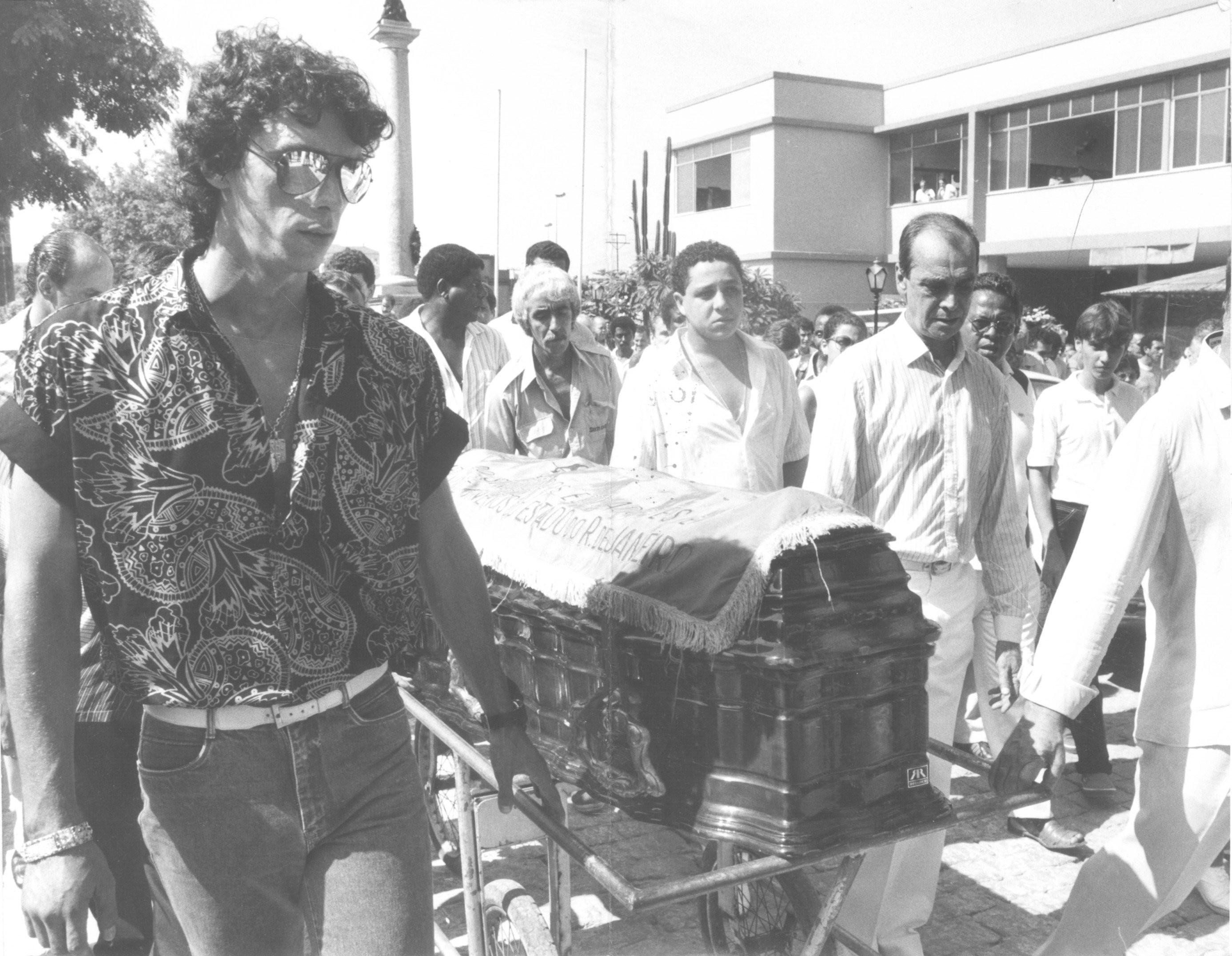 O bicheiro Maninho (à esquerda) carregando caixão de seu padrinho, Tio Patinhas, em 1986
