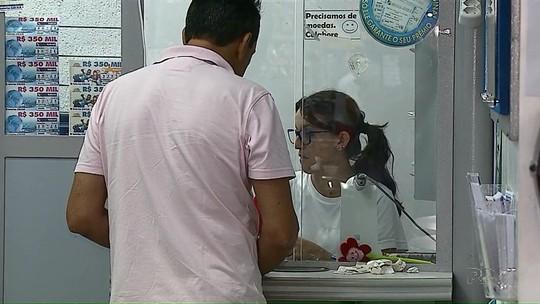 Cinco dias após ataque a bancos, moradores de Palmeira fazem filas em lotéricas para receber atendimento