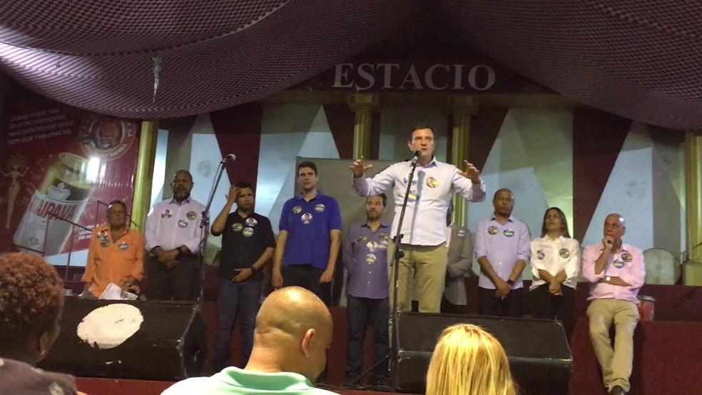 Crivella participou de reunião com funcionários da Comlurb e pediu votos para colegas de partido e o próprio filho — Foto: Reprodução/Tv Globo