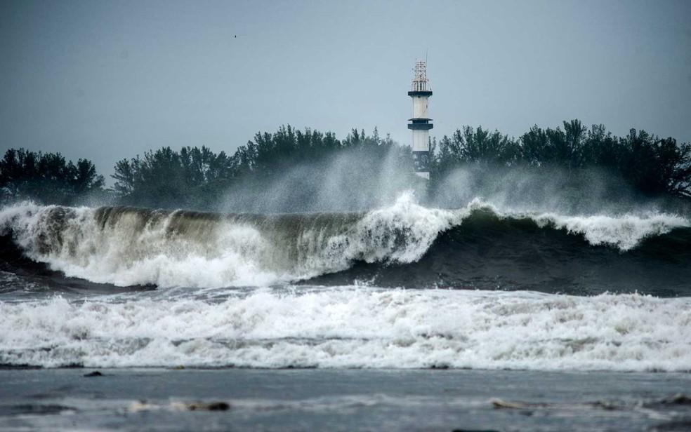 Grace provoca grandes e fortes em Boca del Rio, Veracruz, no México — Foto: Victoria Razo / AFP Photo