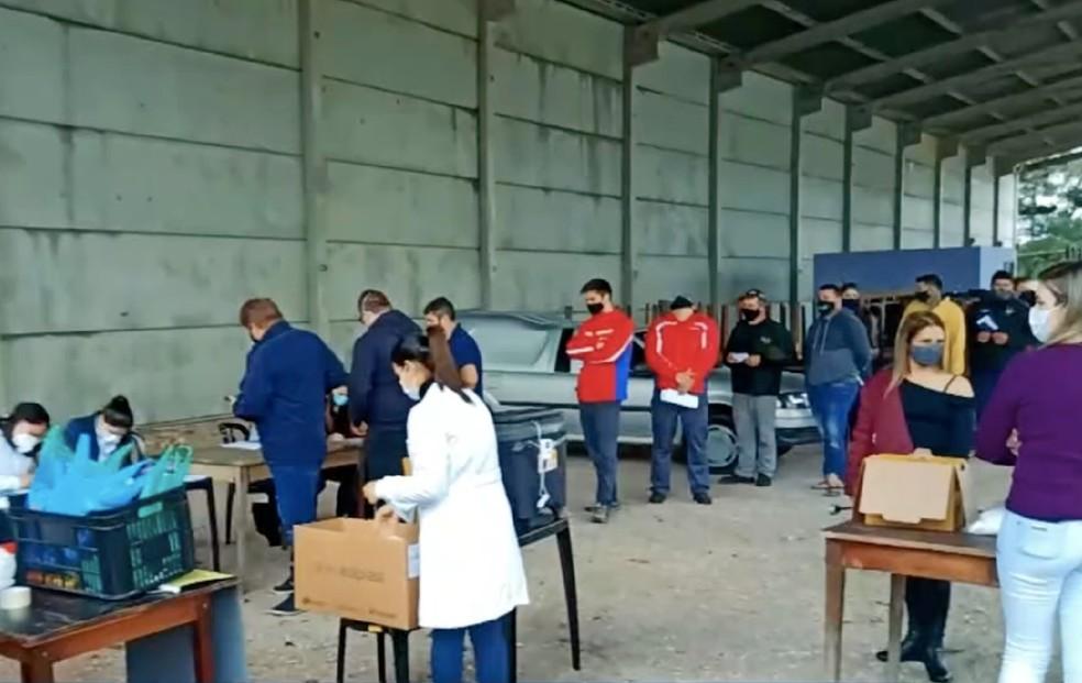 Vacinação também inclui funcionários da limpeza pública, como catadores de lixo e de material reciclável. — Foto: Reprodução/RPC Curitiba