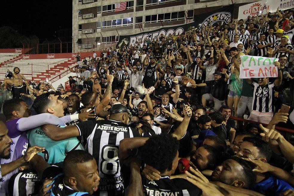 Jogadores do Botafogo comemoram classificação contra o Náutico — Foto: Vitor Silva/Botafogo