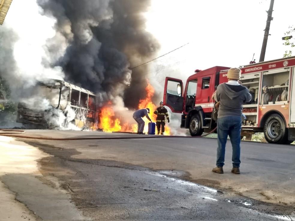 Bombeiros foram chamados para conter as chamas no ônibus em Jundiaí — Foto: Bruna Lacerda/Arquivo Pessoal
