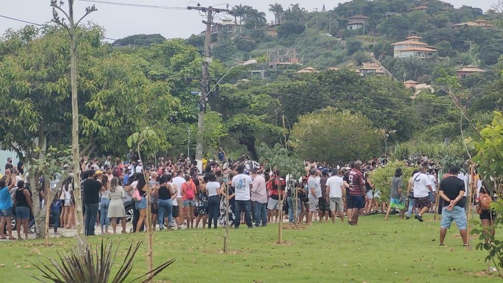Manifestação em Búzios contra fechamento da cidade cresceu e já reúne cerca de 500 pessoas em frente à Prefeitura — Foto: Paulo Henrique Cardoso/Inter TV RJ