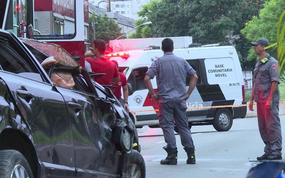 Bombeiros resgataram vítimas de capotagem de carro na Zona Sul de SP (Foto: Reprodução/TV Globo)