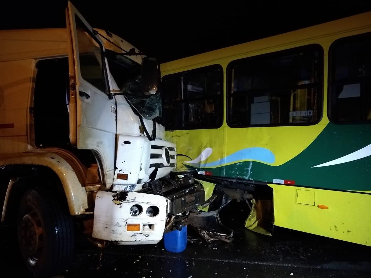 Oito pessoas ficam feridas em acidente entre ônibus e caminhões, diz Corpo de Bombeiros  - Notícias - Plantão Diário