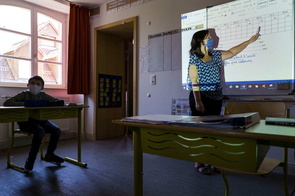 Coronavírus na educação: na França, professora leciona com máscara nesta segunda-feira (18). — Foto: Sebastien Bozon/AFP