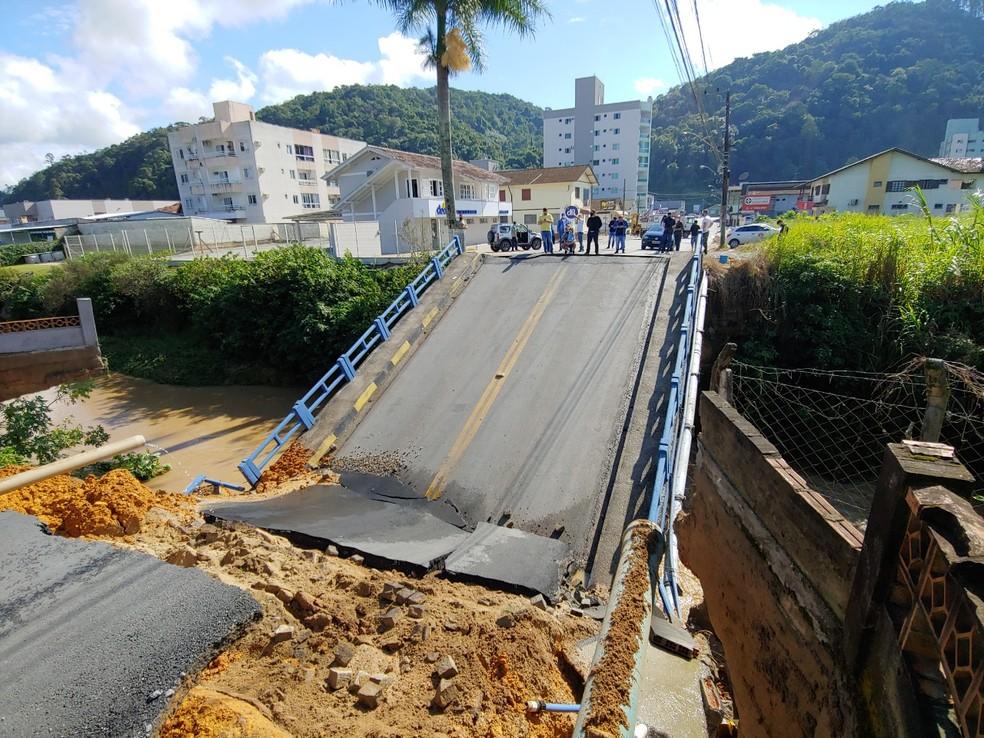 Ponte caiu após forte chuva em Brusque, no Vale do Itajaí  — Foto: Prefeitura de Brusque/Reprodução