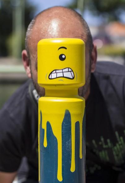 Artista pinta LEGOs irritados nas ruas da França (Foto: Divulgação)