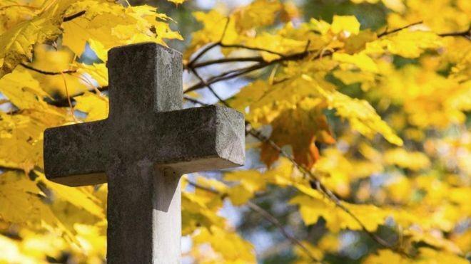 Alguns pesquisadores acreditam que nos apegamos a certas crenças por medo da morte (Foto: GETTY IMAGES via BBC)