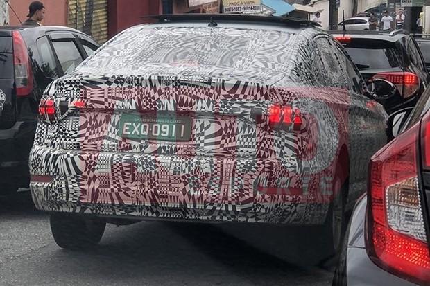 Novo Volkswagen Jetta é flagrado em testes no Brasil (Foto: Serzedelo Carvalho / Autoesporte)