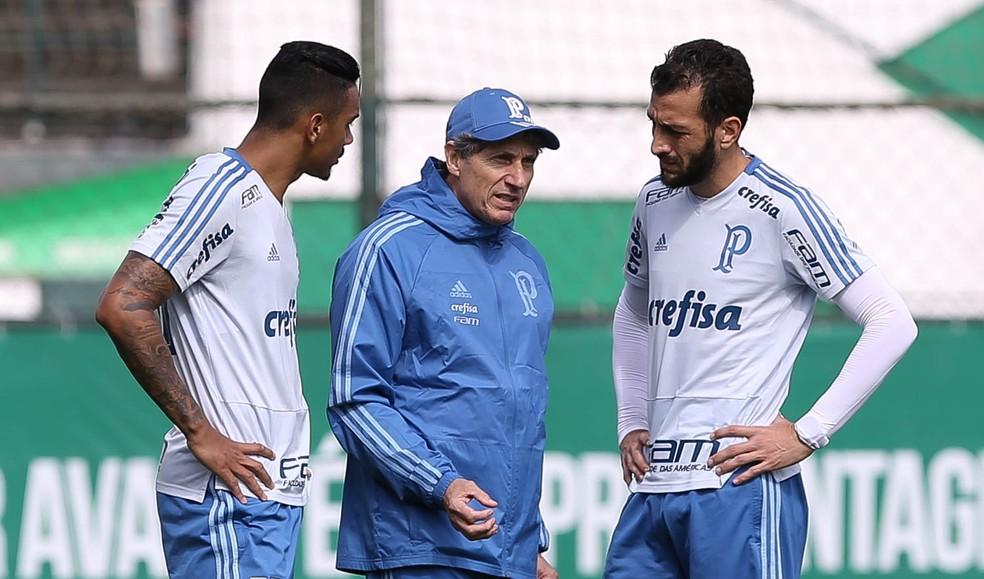 Antônio Carlos e Edu Dracena conversam com auxiliar Carlos Pracidelli: dupla de zaga afinada — Foto: Cesar Greco / Ag. Palmeiras