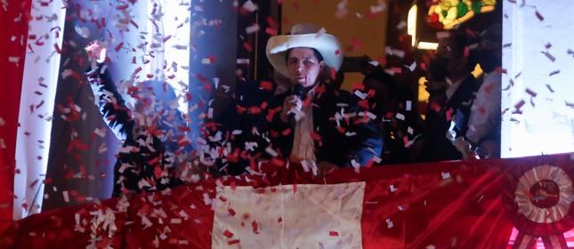 Pedro Castillo fala a simpatizantes depois de ser anunciado como vencedor das eleições presidenciais, em Lima, Peru