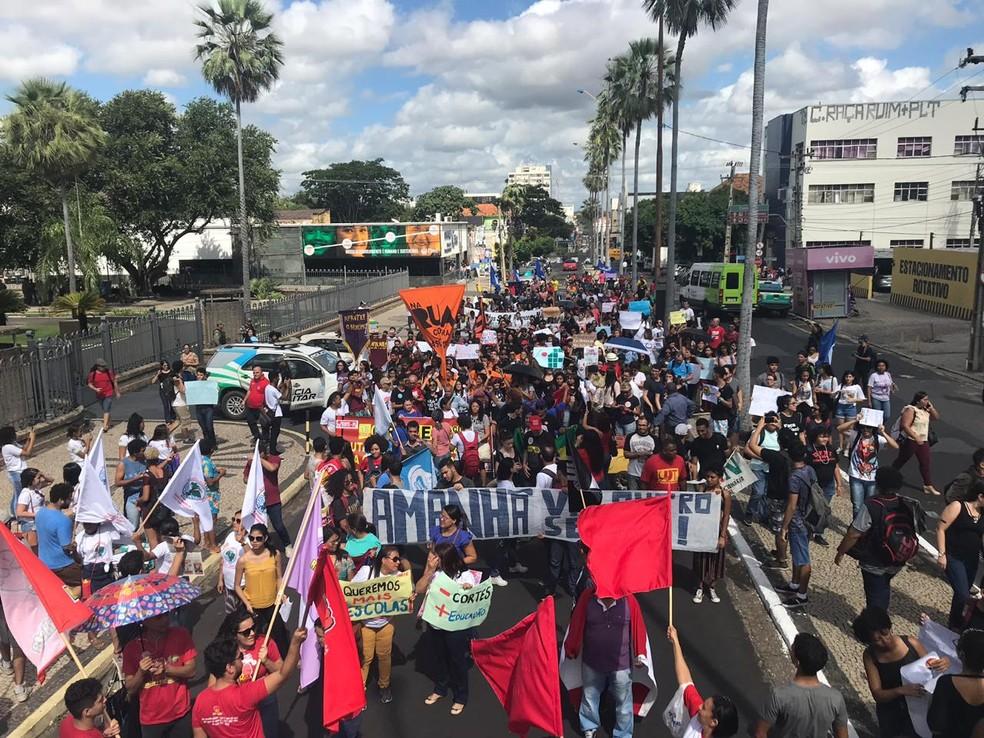 TERESINA, 10h10: manifestantes chegam à frente do Palácio de Karnak.  — Foto: Lorena Linhares/G1