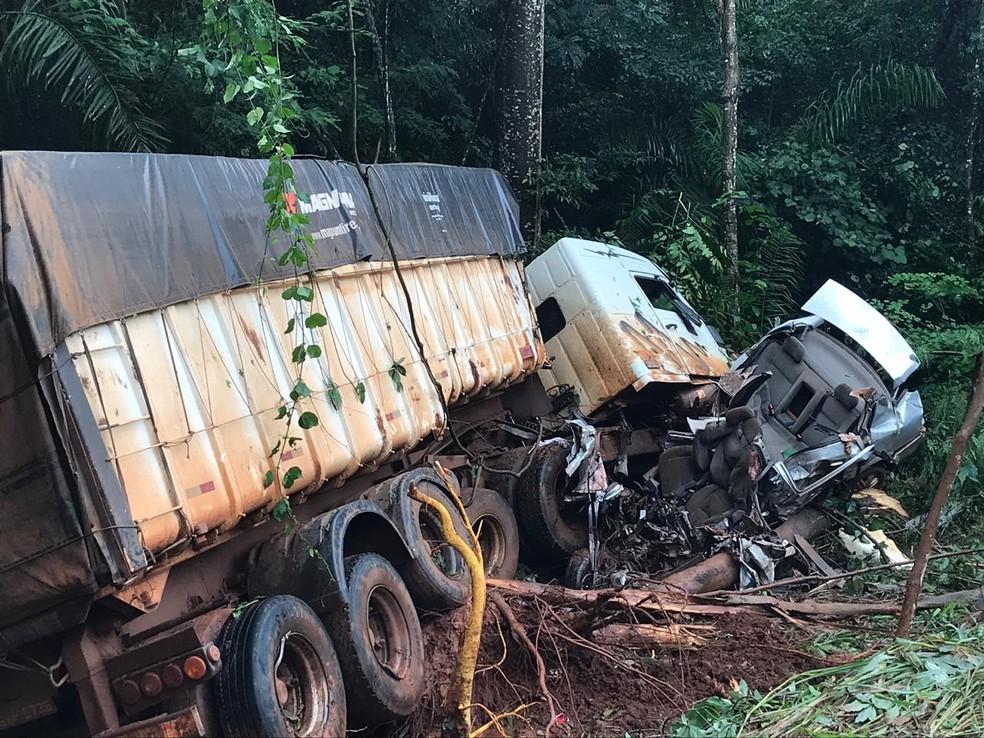 Caminhão teria invadido a pista e batido em carro em MT — Foto: Nayana Bricat/TVCA