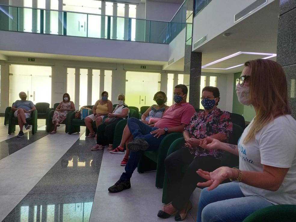 A assistente social Márcia Torres numa das reuniões semanais do Amigos Solidários na Dor do Luto RJ, na capela do Cemitério da Penitência, no Caju — Foto: Reprodução/Facebook