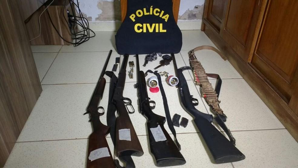 Armas foram apreendidas na fazenda da amante e na propriedade do vizinho que ajudou no crime (Foto: Polícia Civil de MT/Assessoria)