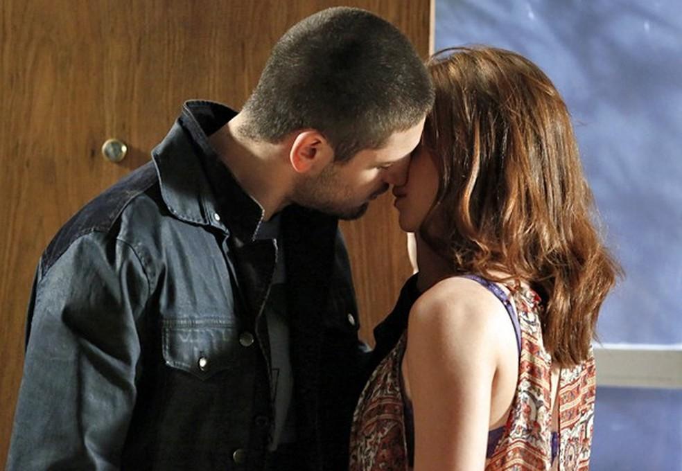 Maria Isis (Marina Ruy Barbosa) corresponde aos beijos de João Lucas (Daniel Rocha) - 'Império' — Foto: Fábio Rocha/Globo